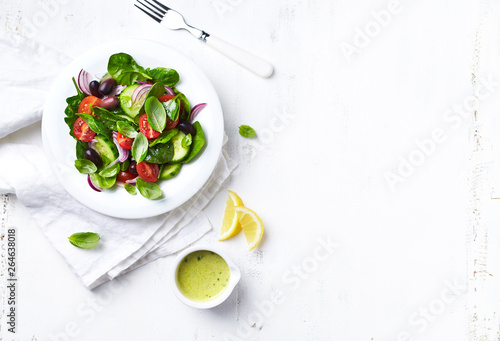 Fotografia Light summer salad with whole olives