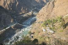 ネパールのアンナプルナ登山道のPoon Hill からTatopaniに向かうハイキングルートにあるつり橋