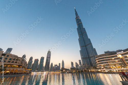 Tableau sur Toile Dubai is a city and emirate in the United Arab Emirates