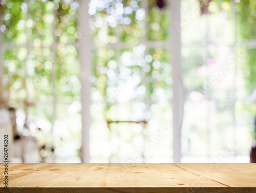Photo sur Aluminium Jardin wood table top white garden bokeh background.