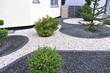 canvas print picture - Moderner Vorgarten mit Ziersplitt
