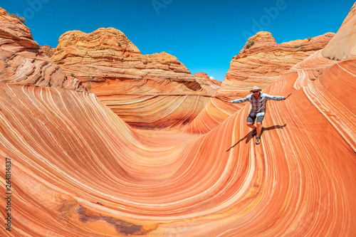 Photo sur Aluminium Arizona Man surfing the wave in the Arizona desert, USA.