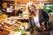Obst und Gemüse auf dem Markt einkaufen, regionale und frische Produkte