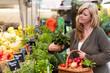 Frau kauft frische und regionale Produkte auf dem Markt