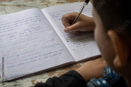 Valokuvatapetti Niño estudiando