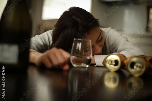酒に酔い眠る女性 Fototapeta