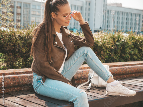 Fotomural  Portrait of beautiful brunette model dressed in summer hipster jacket and jeans clothes