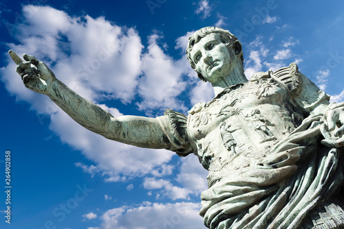 Fotomural Ancient statue of Julius Caesar in Italy isolated against blue Sky