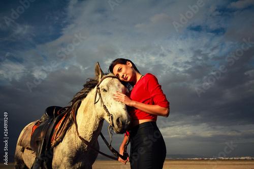 białym koniu i pięknej młodej kobiety. Modelka z jej białego konia,