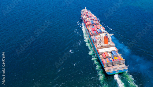 Fotografia  Cargo ships with full container receipts to import and export products worldwide