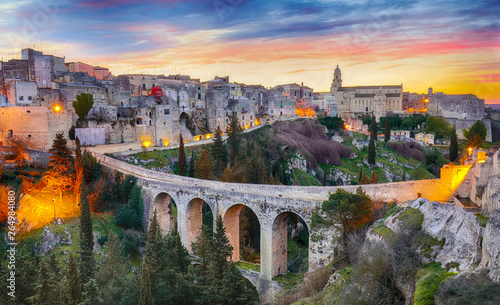 Spoed Foto op Canvas Oude gebouw Gravina in Puglia ancient town, bridge and canyon at sunrise. Panoramic view of old city Gravina in Puglia, Apulia, Italy. Europe