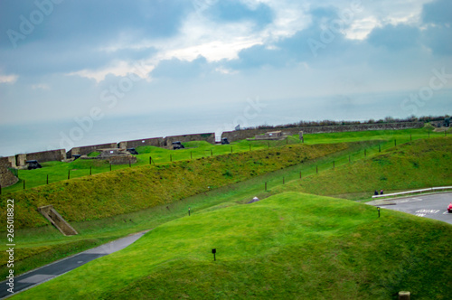 Spoed Foto op Canvas Blauwe hemel The green lawns and canons of dover castle