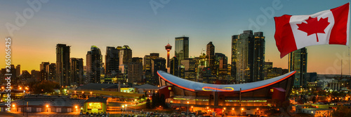 La pose en embrasure Canada Canadian flag in front of view Calgary city skyline at twilight time, Alberta,Canada