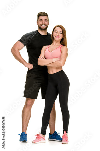 Fotografía  Fit happy couple: strong muscular man and slim woman posing on white background