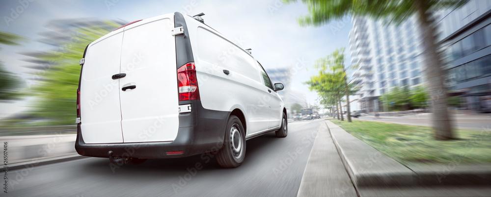 Fototapeta Transporter fährt schnell durch die Stadt