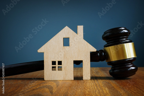 Fotografiet Model of house and gavel. Real estate law concept.