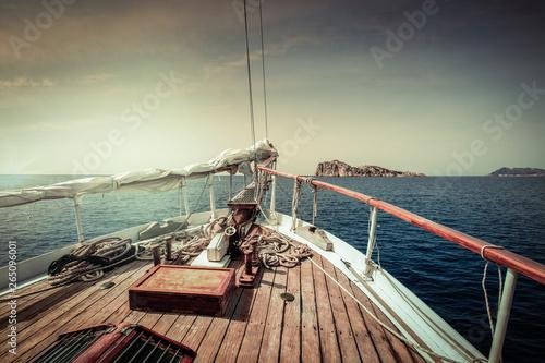 Photo Stands Ship Bateau à voile naviguant vers l'horizon
