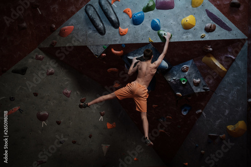 Photo  Athletic man practicing in a bouldering gym