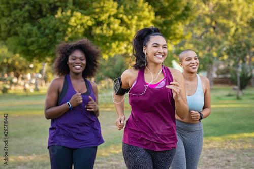 Active curvy women jogging Fototapete