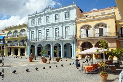 Fotografía  Ville de La Havane, Place Vieja, immeuble bleu et jaune à arcades, Cuba, Caraïbe