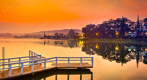 Fotografía  Sunrise over Xuan Huong Lake, Dalat, Vietnam. Panorama