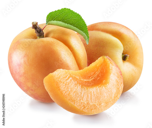 Photo Ripe apricot fruits with a leaf. File contains clipping path.