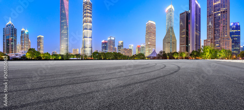 Photo  Asphalt race track ground and modern skyline and buildings in Shanghai at night,