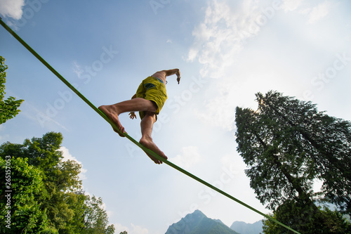 Cuadros en Lienzo Sporty boy practices walking on the rope
