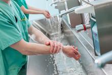 Arzt Beim Hände Waschen Vor OP / Hygiene