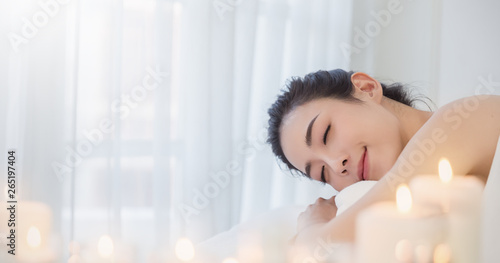 Fotografia  Closeup beautiful asian young  woman lying down on massage beds at Asian luxury spa and wellness center