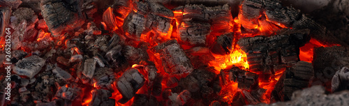 Foto op Plexiglas Brandhout textuur Burning coals from a fire abstract background.