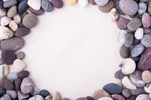 Photo sur Plexiglas Zen pierres a sable Varied pebbles on white background top view rounded frame
