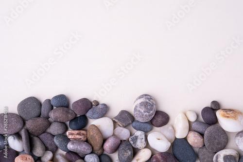 Photo sur Plexiglas Zen pierres a sable Varied pebbles on white background top view