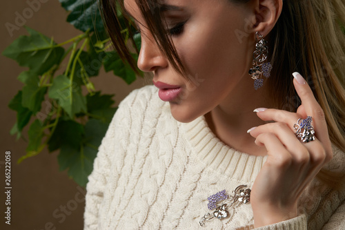 Valokuva Beautiful young brunette woman in warm knitted white sweater
