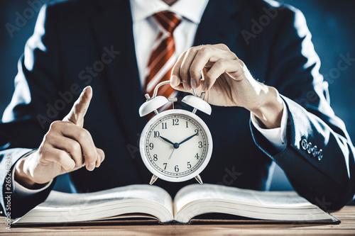 Fotografija 目覚まし時計を持つビジネスマン