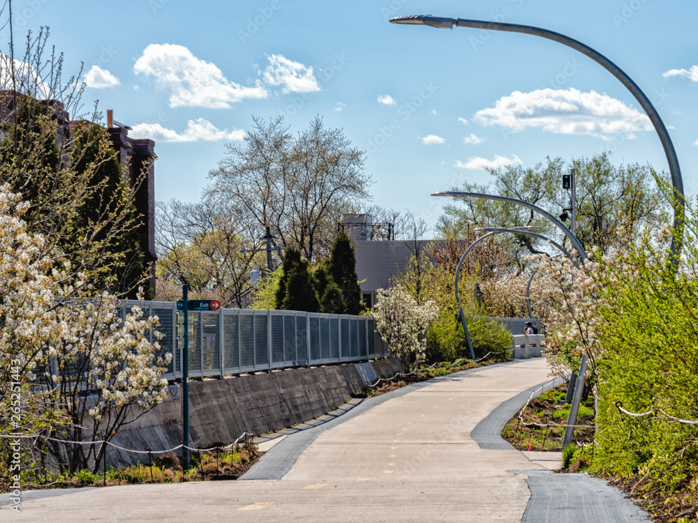 Fototapety, obrazy: Bloomingdale Trail, The 606, is an elevated pedestrian trail that travels through the Bucktown and Humboldt Park neighborhoods on Chicago's northwest side. Streets of Chicago.