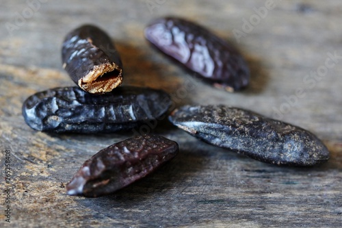 Fotografía tonka bean. are used in perfumery and confectionery