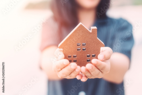 Photo  Small home model on woman hand.