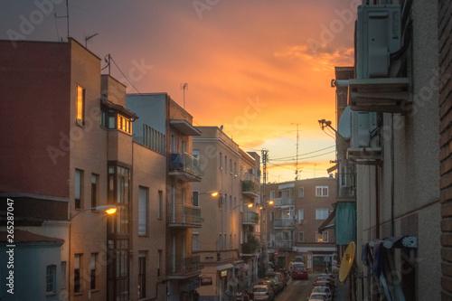 Fotografía  Calle de barrio durante un atardecer naranja