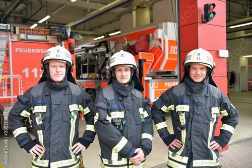 Fototapeta Gruppe Feuerwehrmänner in Feuerwache - Rettungsdienst // Group of firefighters a