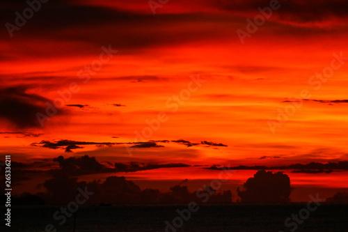 Montage in der Fensternische Rot sunset on last light sky silhouette cloud in evening