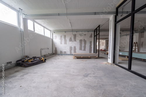 In de dag Industrial geb. Interior empty office light room in a new building renovation or under construction. Glass doors and Windows