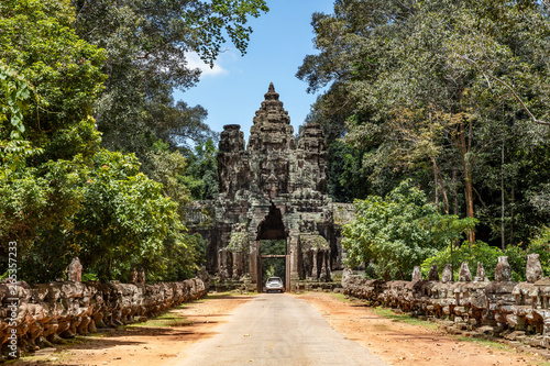 Fototapeta premium Amazing face sculptures on the gateway at the Angkor Thom temple complex in Siem Reap, Cambodia
