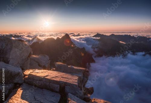 gora-krajobraz-z-inwersja-w-dolinie-przy-zmierzchem-jak-widziec-od-rys-szczytu-w-wysokim-tatras-sistani