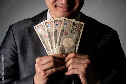 Fotografía 現金を持ったビジネスマン