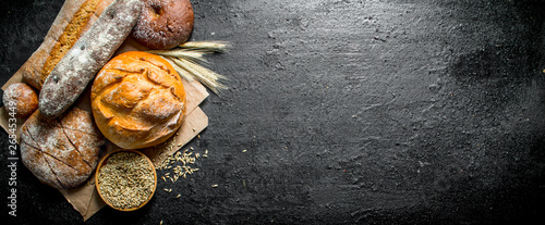 Fotobehang Bakkerij The range of different types of bread from rye and wheat flour.