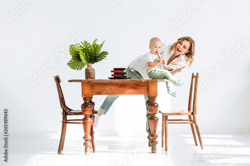 Pretty young mother a confectioner works Fototapet