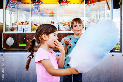 In de dag Carnaval Children eating cotton candy at the carnival