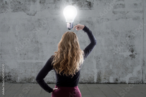 Papiers peints Individuel woman thinking with the light bulb on