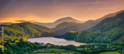Foto op Plexiglas Zalm The Sun shining through a mountain pass over Llyn Gwynant, Snowdonia (Eryri), Wales (Cymru), UK